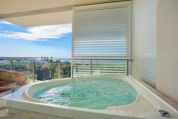 Dee's Retreat Spa Bath