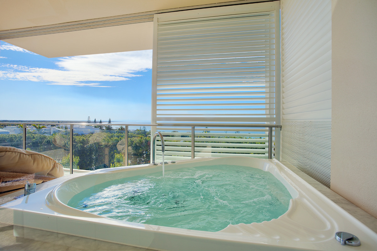 Our Spa Bath with a view - Dee\'s RetreatDee\'s Retreat
